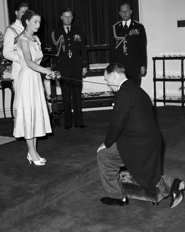 Královna Alžběta II. během svého královského turné uděluje vyznamenání siru Garfieldovi Barwickovi v Austrálii 6. února 1954. - Sputnik Česká republika