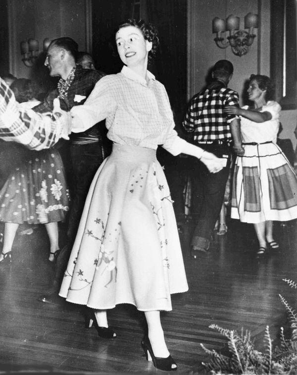 Britská princezna Alžběta II. tančí v Torontu v roce 1951. - Sputnik Česká republika