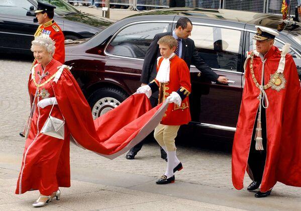 Alžběta II. jde na slavnostní bohoslužbu 26. května 2004 - Sputnik Česká republika