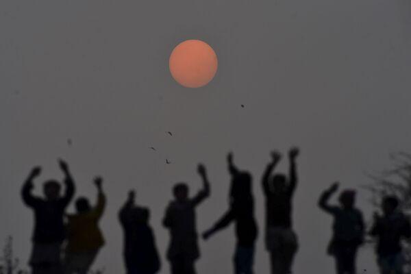 Pakistánské děti si hrají během západu slunce v Láhauru. - Sputnik Česká republika