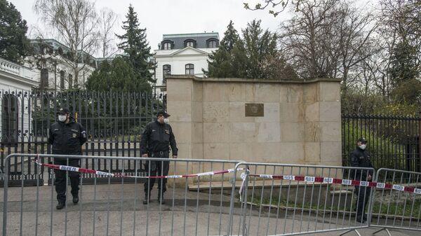 Полицейские перед посольством России в Праге - Sputnik Česká republika