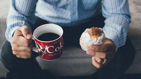 Muž pije kávu - Sputnik Česká republika