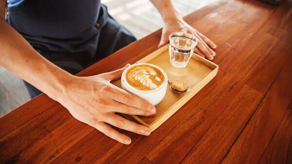 Чашка кофе и стакан воды на деревянном подносе - Sputnik Česká republika