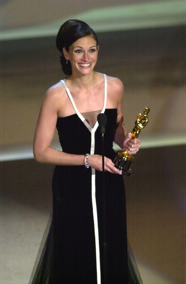 Reakce Julie Robertsové poté, co získala Oscara za nejlepší ženský herecký výkon ve filmu Erin Brockovich během 73. ročníku Oscara v roce 2001. - Sputnik Česká republika