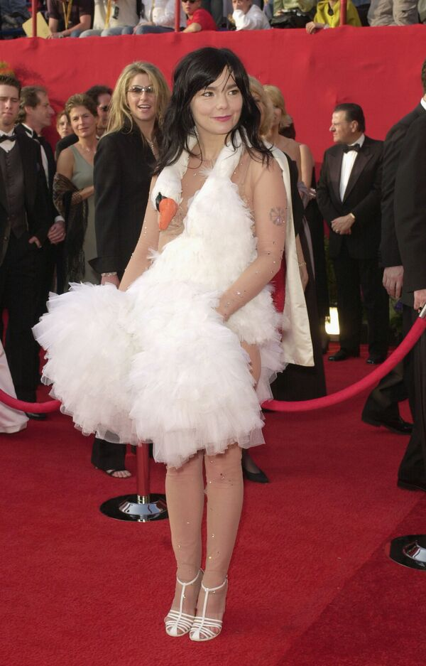 Zpěvačka Björk v labutích šatech od Marjana Pejoskiho na 73. ročníku předávání Oscarů v roce 2001 - Sputnik Česká republika