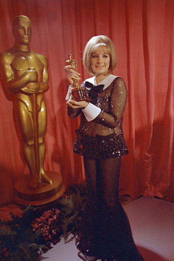 Herečka a zpěvačka Barbra Streisandová ve flitrovaném průhledném outfitu Arnolda Scaasiho pózuje se svým Oscarem, kterého získala za roli ve filmu Funny Girl na 41. ročníku udílení Oscarů v Los Angeles - Sputnik Česká republika
