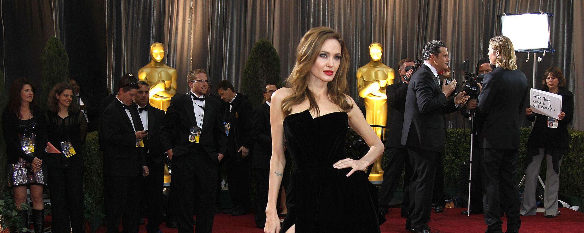 Herečka Angelina Jolieová před 84. ceremoniálem předávání Oscarů v roce 2012 - Sputnik Česká republika, 1920, 24.04.2021