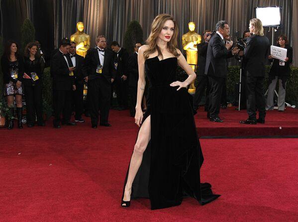 Herečka Angelina Jolieová před 84. ceremoniálem předávání Oscarů v roce 2012 - Sputnik Česká republika
