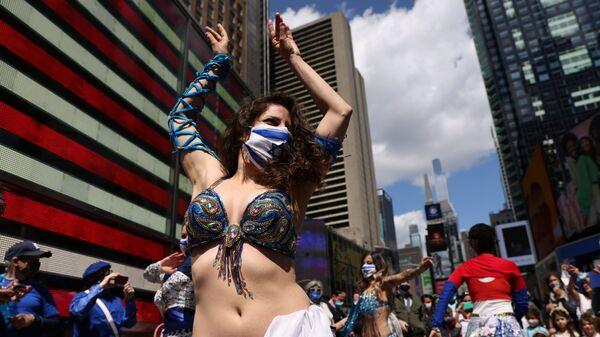 Женщина танцует на празднике в честь Дня независимости Израиля, отмечающего 73-ю годовщину создания государства, на Таймс-сквер в Нью-Йорке, США - Sputnik Česká republika