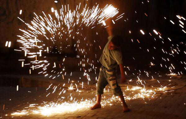 Chlapec si hraje s ohňostrojem v Gaza City - Sputnik Česká republika