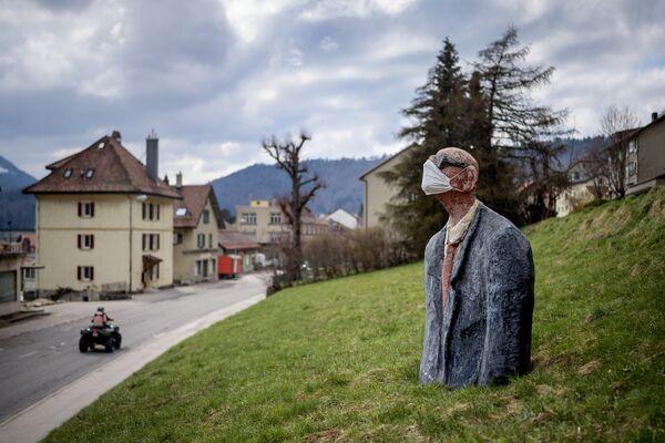 Socha zobrazující maskovaného muže v Sainte-Croix - Sputnik Česká republika