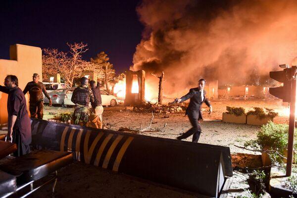 Bezpečnostní personál a dobrovolníci na místě exploze v pákistánské Kvétě  - Sputnik Česká republika