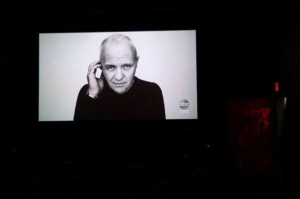 Fotografie herce Anthonyho Hopkinse během videopřenosu v New Yorku - Sputnik Česká republika