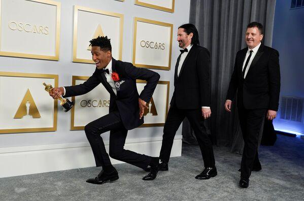 Jon Batiste, Trent Reznor a Atticus Ross, vítězové v nominaci za nejlepší originální soundtrack k animovanému snímku Duše na 93. ročníku Oscarů v Los Angeles  - Sputnik Česká republika