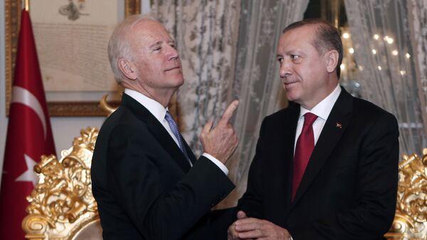 Джо Байден во время встречи с Реджепом Тайипом Эрдоганом в Стамбуле - Sputnik Česká republika