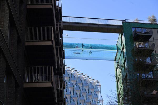 První průzračný 25metrový venkovní bazén na světě známý jako Sky Pool, Británie - Sputnik Česká republika