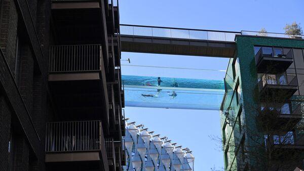 Первый в мире прозрачный 25-метровый открытый бассейн, известный как Sky Pool, Британия - Sputnik Česká republika
