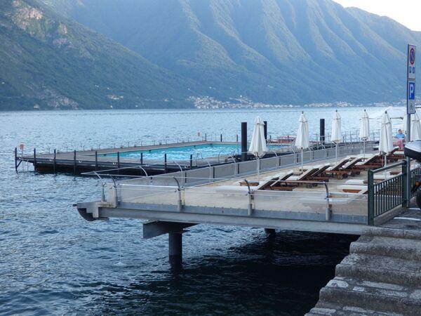 Plavecký bazén v Grand Hotelu Tremezzo u Comského jezera, Itálie  - Sputnik Česká republika