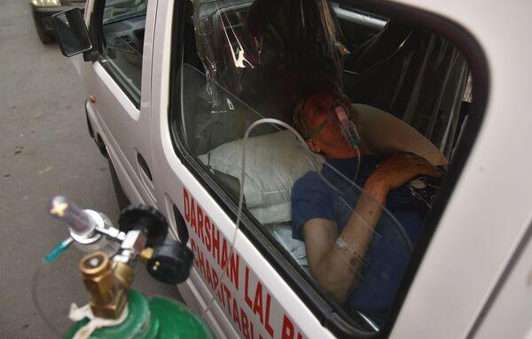 Muž trpící dýchacími potížemi dostává bezplatnou kyslíkovou podporu v sikhském chrámu v Dillí - Sputnik Česká republika