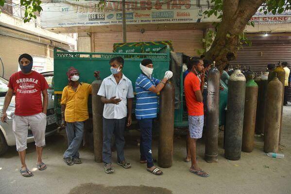 Lidé čekají před stanicí naplňování lékařských kyslíkových lahví v Dillí, Indie - Sputnik Česká republika