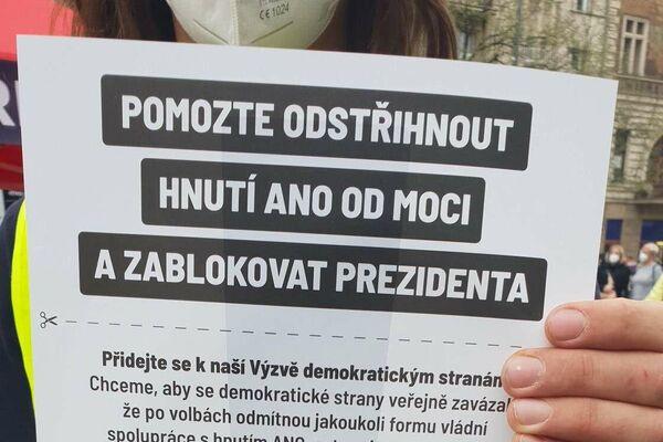 Demonstrant s výzvou - Sputnik Česká republika