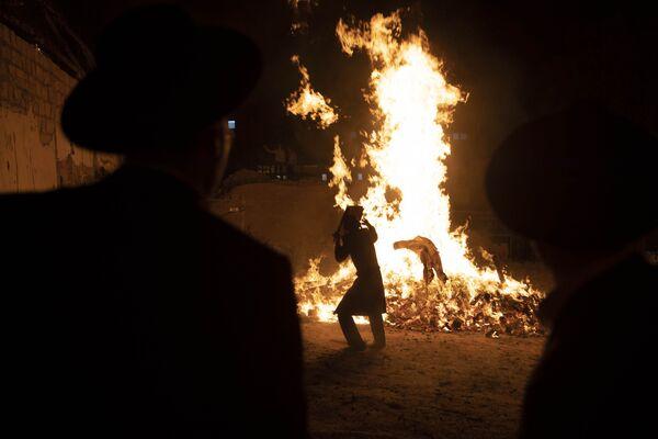 Ultraortodoxní židovská mládež stojí vedle ohně v Jeruzalémě během svátku Lag ba-omer - Sputnik Česká republika