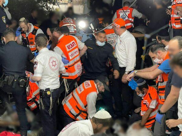 Záchranáři odvážejí mrtvolu do sanitky na hoře Meron - Sputnik Česká republika