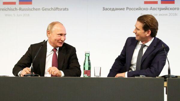Президент РФ Владимир Путин и Федеральный канцлер Австрии Себастьян Курц во время встречи в Палате экономики Австрии в Вене. Архивное фото - Sputnik Česká republika