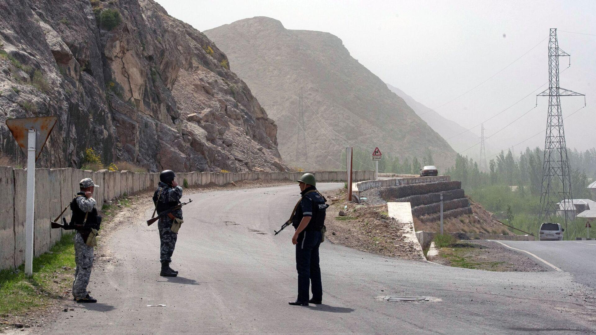 Военнослужащие и сотрудники полиции Киргизии в районе села Кок-Таш на границе между Киргизией и Таджикистаном - Sputnik Česká republika, 1920, 01.05.2021