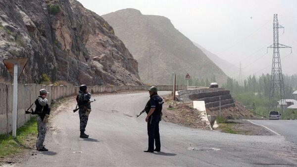 Военнослужащие и сотрудники полиции Киргизии в районе села Кок-Таш на границе между Киргизией и Таджикистаном - Sputnik Česká republika