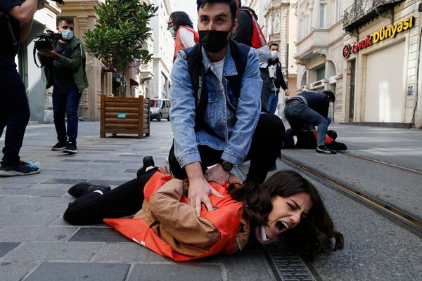 Policisté v civilu zadržují demonstranty, kteří porušili zákaz vycházení. Istanbul, Turecko - Sputnik Česká republika