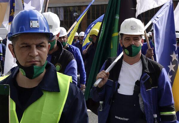 Horníci s bosenskými vlajkami pochodují během májové demonstrace na Mezinárodním dni pracujících v Sarajevu v Bosně - Sputnik Česká republika