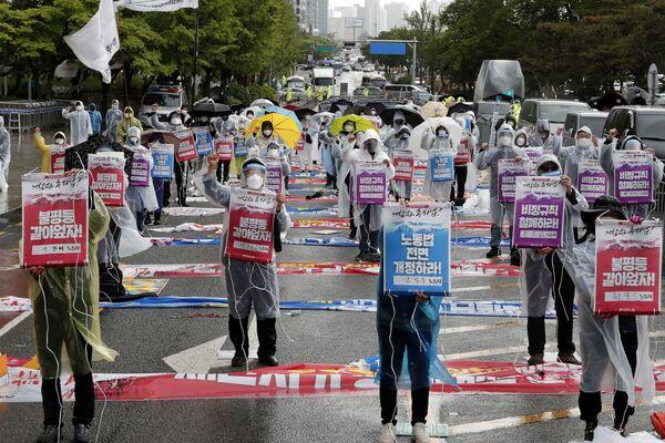 Členové korejské konfederace odborových svazů pořádají prvomájové shromáždění s požadavkem na zlepšení pracovních podmínek a rozšíření pracovních práv v jihokorejském Soulu - Sputnik Česká republika