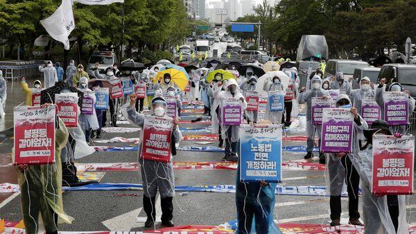 Члены Корейской конфедерации профсоюзов проводят первомайский митинг с требованием улучшения условий труда и расширения трудовых прав в Сеуле, Южная Корея - Sputnik Česká republika