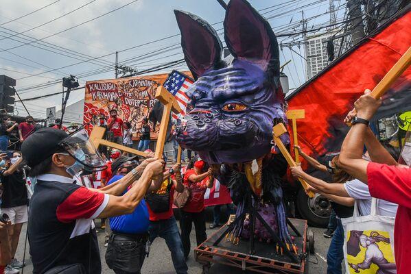 Demonstranti zničili podobiznu filipínského prezidenta Rodriga Duterteho během protestu na Den práce v Manile na Filipínách - Sputnik Česká republika