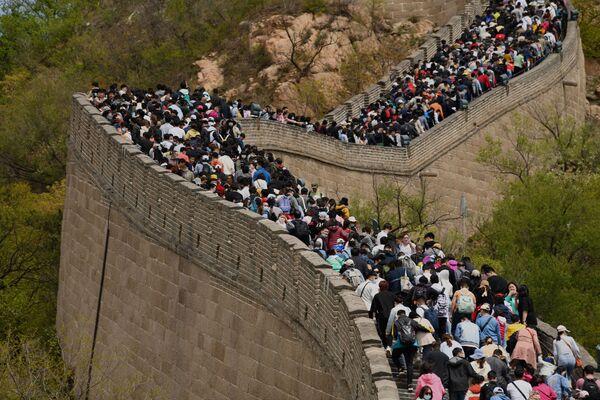 Lidé navštěvují Velkou čínskou zeď během svátku Dne práce v Pekingu v Číně - Sputnik Česká republika