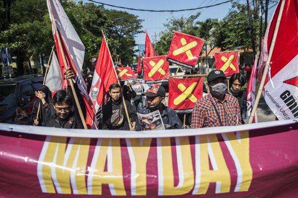Pracovní aktivisté se účastní protestu u příležitosti 1. května nebo Mezinárodního dne pracujících v indonéské Surabaji - Sputnik Česká republika