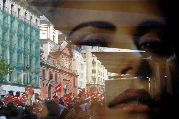 Lidé během demonstrace u příležitosti Mezinárodního dne pracujících ve španělském Madridu mávají vlajkami a pokřikují slogany - Sputnik Česká republika