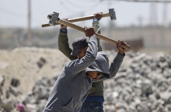 Palestinští dělníci pracují v kamenolomu ve městě Gaza během Mezinárodního dne pracujících - Sputnik Česká republika