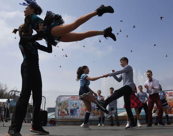 Mladí lidé vystupují na nábřeží sportovního přístavu během oslav 1. května ve Vladivostoku, Rusko - Sputnik Česká republika