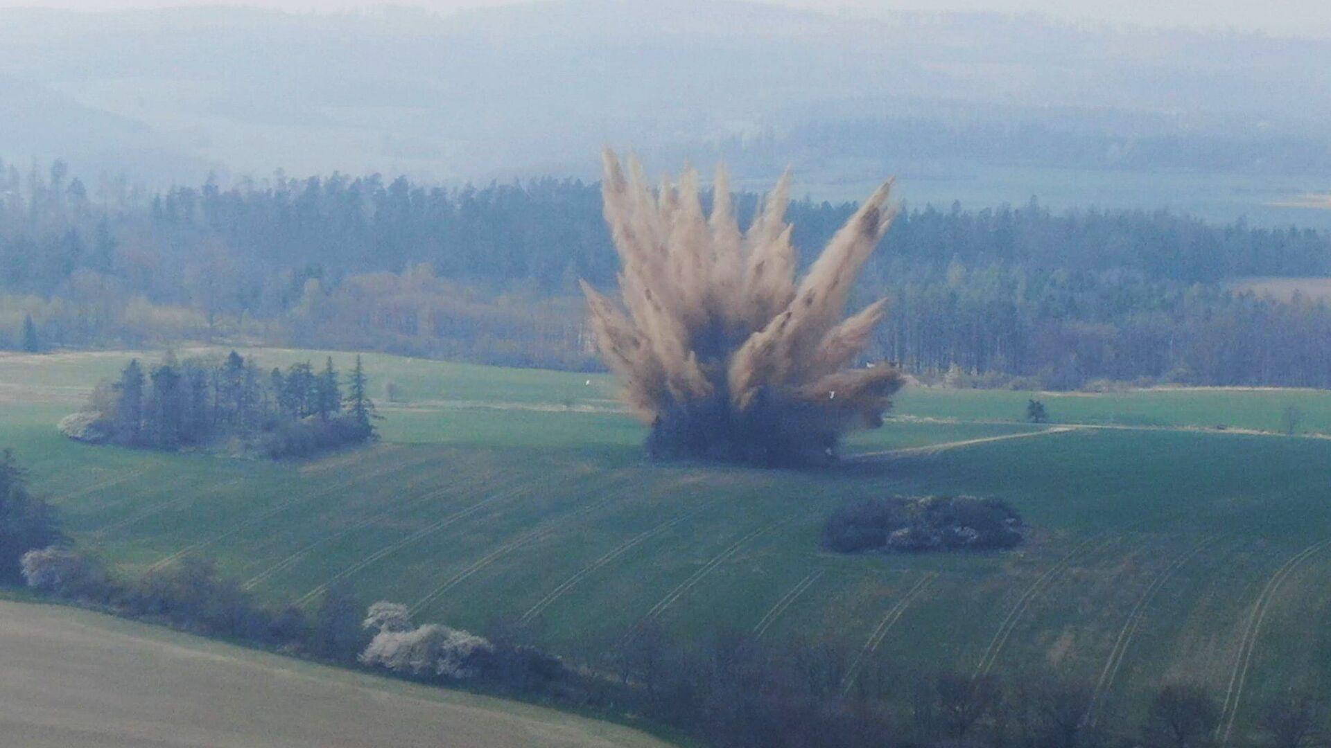 Pyrotechnici provádějí výbuch letecké pumy z 2. světové války - Sputnik Česká republika, 1920, 01.05.2021