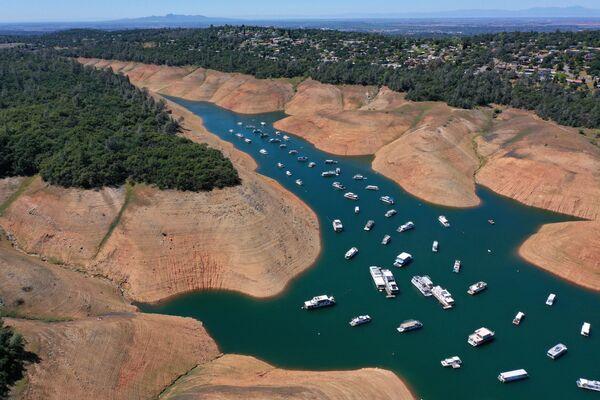 Hausbóty na vodě jezera Oroville na pozadí strmých břehů v Kalifornii. - Sputnik Česká republika