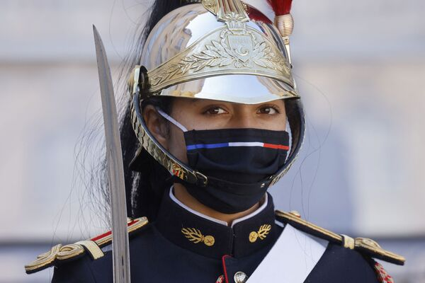 Členka Republikánské gardy Francie sleduje příjezd prezidenta Konžské demokratické republiky - Sputnik Česká republika