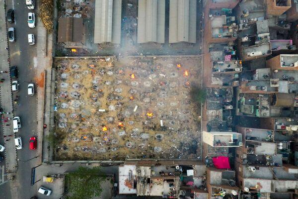 Pohled shora na masovou kremaci v krematoriu v Dillí v Indiii. - Sputnik Česká republika