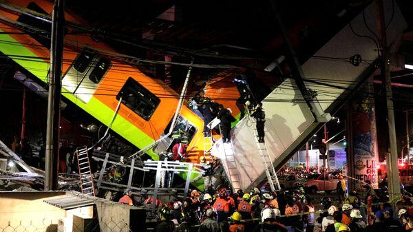 Спасатели на месте обрушения метромоста на станции Оливос в Мехико, Мексика  - Sputnik Česká republika