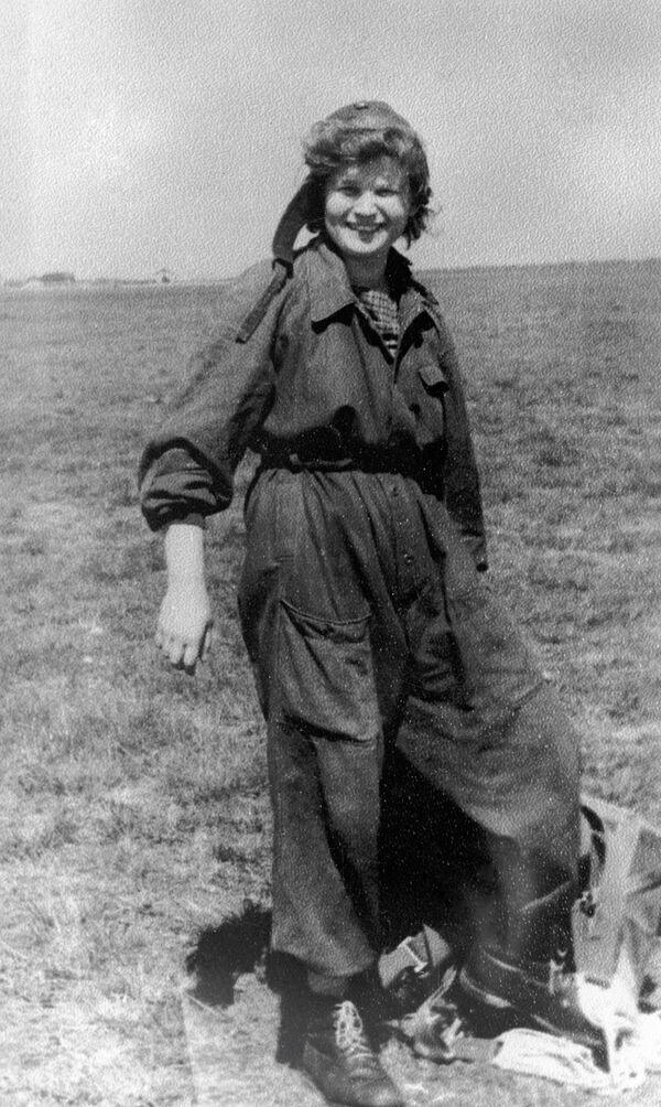 Pilotní kosmonautka Valentina Těreškovová na letišti aeroklubu Jaroslavl - Sputnik Česká republika