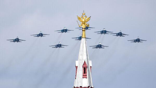 Строй тактическое крыло из истребителей Су-30СМ, Су-35С и бомбардировщиков Су-34 во время репетиции воздушной части парада в честь 76-летия Победы - Sputnik Česká republika