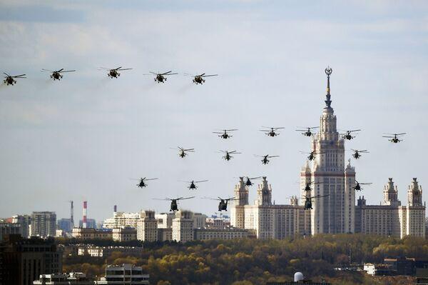 """Těžké vojenské transportní vrtulníky Mi-26, víceúčelové vrtulníky Mi-8,  víceúčelové útočné vrtulníky Mi-35C a Mi-24, bitevní vrtulníky Ka-52 """"Aligátor""""   - Sputnik Česká republika"""