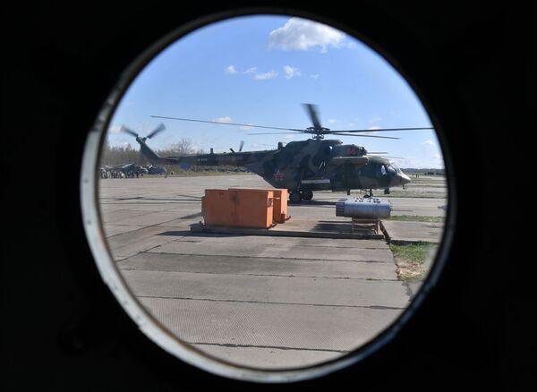 Víceúčelový vrtulník Mi-8 před zahájením zkoušky vojenské přehlídky   - Sputnik Česká republika