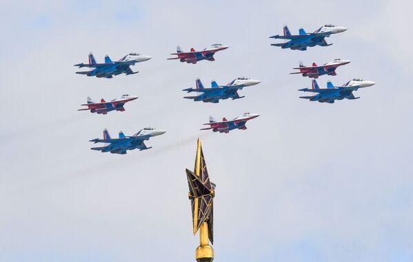 """""""Kubinský briliant"""" ze stíhačů  MiG-29 a Su-30SM skupin Ruskije Vitjazi a Striži  - Sputnik Česká republika"""